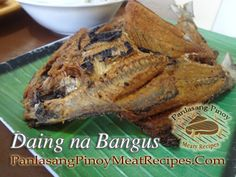 Daing na bangus is actually marinated milkfish in vinegar, garlic and peppercorns. It is not the usual daing or sun dried salted fish which we are so accustom Curry Recipes, Fish Recipes, Meat Recipes, Seafood Recipes, Filipino Dishes, Filipino Recipes, Filipino Food, Bangus Recipe, Hottest Curry