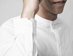 Gerade geschnittenes Hemd in weiß aus hochwertigem Material mit Knöpfen an Vorderseite und Ärmeln und trendigem, japanischem Kragen. Hier entdecken und shoppen: https://sturbock.me/bXS