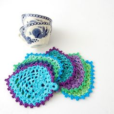 TheCurioCraftsRoom: Peacock-Style Pineapple Coasters - free crochet pattern in English and Dutch. Easy Crochet Patterns, Crochet Motif, Amigurumi Patterns, Crochet Designs, Free Crochet, Easy Patterns, Crochet Summer, Doily Patterns, Pineapple Crochet