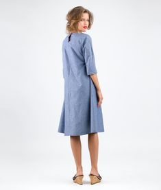 Anna is a simple A-Line dress with kimono sleeves and side slant pockets. There is a slit in the back of the bodice which is fitted with a loop and a button. Therefore no zipper is necessary to slip into the dress. Sewing Pattern Dress Anna is easy to sew. fits womens sizes: 34/36/38/40/42/44/46 Fabric Requirements: light denim, linen, cotton Laisa, the model, is 170 cm high and wears size 36. This sewing pattern is available as printed pattern and pdf-download in German and English. The…