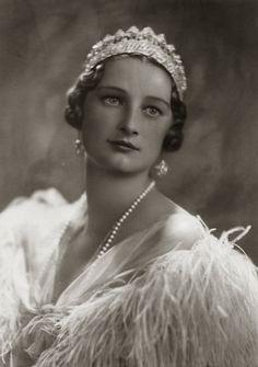 H.M. Astrid, Koningin van België. 1935, bromide foto in formaten: 11 x 16 cm, 16 x 22 cm en 30 x 40 cm. Foto gemaakt door Robert Marchand, uit de verzameling van Wilfried Vandevelde.