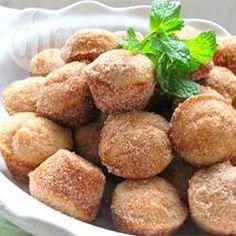 Donut Muffins - Diese Muffins werden wie Donuts mit Muskat gebacken und nach dem Backen in Zimtzucker gewälzt, es ist also eine Mischung aus Muffins und Donuts.@ de.allrecipes.com