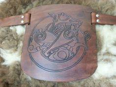 Ombreira e peitoral parcial feita em couro com marcação feita a mão. A pele é pelego de carneiro.
