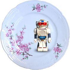 Plato antiguo de porcelana Belga 19cm Ø con bordes en oro y aplicación de nuestra imagen Robot Vintage.Preferentemente para uso decorativo, no apto para lavavajillas y microondas.Porcelana Belga - 19cm - 28€