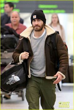 Jake Gyllenhaal: Low-Key Arrival in Toronto: Photo Jake Gyllenhaal sports some major scruff as he carries his bags through Toronto Pearson International Airport after arriving on a flight on Sunday (January in… Normcore Fashion, Mens Fashion, Beanie Outfit, Sheepskin Jacket, Men's Leather Jacket, Jake Gyllenhaal, Celebrity Outfits, Carhartt, Stylish Men