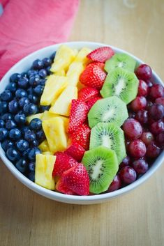 Mixed Berry Fruit Salad + 5 Paleo Berry Desserts Grape, kiwi, strawberry and pineapple cut and arran Healthy Fruits, Healthy Snacks, Healthy Eating, Healthy Recipes, Delicious Fruit, Yummy Food, Fruit Salad Recipes, Food Goals, Fruit And Veg