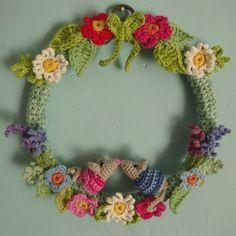 Kiss mice crocheted wreath of Lucy in loft Pattern here: … One Skein Crochet Wreath Base Crochet Christmas Wreath, Crochet Wreath, Crochet Flowers, Crochet Decoration, Crochet Home Decor, Flower Patterns, Crochet Patterns, Pattern Flower, Corona Floral