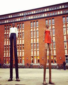 """""""Mann  Frau"""" von Stephan #Balkenhol vor den #Bücherhallen #Hamburg. #longlegs #sculpture #library"""