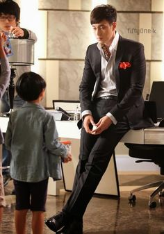 ♥ So Ji Sub 소지섭 on set of kdrama master's sun had kids in so many scenes in the show! Sometimes sad but always cute