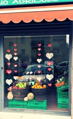 Anche le vetrine dei nostri spacci agricoli si riempiono di cuori... www.lattugazanarini.com #sanvalentino #14febbraio #lattugazanarini