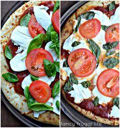 Caprese Pizza (tomato, basil, & fresh mozzarella) to accompany previous post Veggie Recipes, Vegetarian Recipes, Cooking Recipes, Healthy Recipes, I Love Food, Good Food, Yummy Food, Caprese Pizza, Pizza Pizza