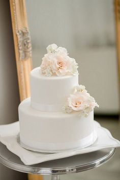 all white wedding cake with floral #whiteweddingcakes