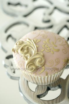 OH! Two of my favorite things... vintage... cupcakes