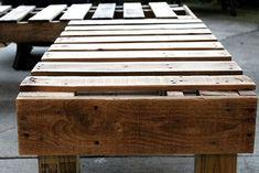 Bänk i vinkel byggd av återvunnet material från lastpallar.
