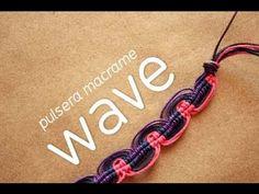 El nudo Wave, conocido también como onda (aunque la traduccion literal sería ola). Es muy sencillo de hacer y tiene un acabado muy lindo. Lo pueden hacer con 3 colores como yo lo hice o con más, solo tendrían que agregar más hilo.     Pueden hacerlo para pulsera de hilo o también en aretes :)    Yo recomiendo que usen hilo encerado también conocido ...