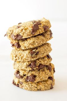These healthy, chewy and soft 3 ingredient banana oatmeal cookies are ready under 20 minutes . They are a very simple and light version of the traditional oatmeal cookie with added dark chocolate chips. Flourless, eggless, low-calorie and low-fat these de Banana Oatmeal Cookies, Oatmeal Cookie Recipes, Chocolate Chip Oatmeal, Chocolate Chips, Banana Oats, Healthy Cookies, Delicious Cookies, Healthy Desserts, Diabetic Desserts