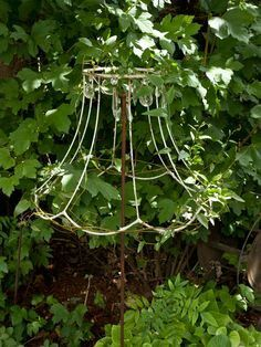 unique garden designs - The most beautiful garden decor Garden Whimsy, Garden Junk, Unique Gardens, Amazing Gardens, Rustic Gardens, Garden Crafts, Garden Projects, Yard Art, Lamp Shade Frame