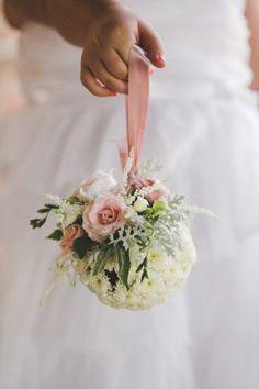 Помандер - букет шарообразной формы, который можно использовать как аксессуар подружек невесты, декоративный элемент свадебной церемонии или как центральную композицию на столе