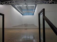 Paralelepípedo cinza: Orlando Lemos abre galeria com seu nome em BH