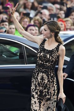 Dña. Letizia eligió para la ocasión un vestido de Felipe Varela, el modisto que la ha vestido desde siempre en este acontecimiento cultura...