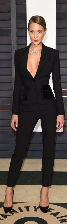 Hannah Davis pulled off a formfitting suit in the sexiest way possible at the Vanity Fair party. Amazing black total look. Stilettos, trousers and blazer. No tee.