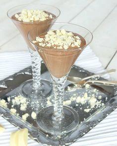 Fluffig chokladmousse med bara två ingredienser toppad med grovhackad vit choklad. Ljuvligt gott! Martini, Mousse, Starbucks, Panna Cotta, Dessert Recipes, Glass, Tableware, Sweet Stuff, Christmas