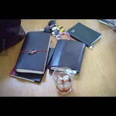 最近の持ち歩きメンバー。 以前より大幅増員です。 ・金銭出納帳(家計簿) ・トラベラーズノート(末っ子の育児記録、小学校の予定) ・ほぼ日(好きな万年筆で日々のログ) ・能率手帳(ほぼ日のネタ帳) #hobonichitecho#travelersnotebook#nolty#planneraddict#planner#plannergirl#plannerlove#stationery#leica#leicam8#nokton40mm#voigtlander#coffeeshots#ほぼ日手帳#能率手帳#おっちゃん手帳#トラベラーズノート#手帳時間#ライカm8#ライカ#フォクトレンダー