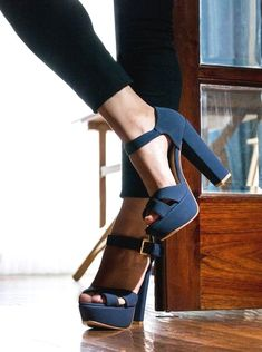 More Colors - More Fall / Winter Fashion Trends To Not Miss This Season. The signing of jewelry and jewelry Uno de 50 presents its new fashion and accessories trend for autumn/winter Pretty Shoes, Beautiful Shoes, Cute Shoes, Me Too Shoes, Gorgeous Heels, Dream Shoes, Crazy Shoes, Winter Mode, Fall Winter