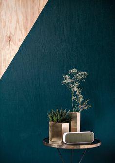 moderne-wandgestaltung-petrol-wandfarbe-zwei-farben-zusammenbringen