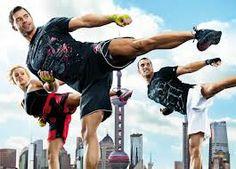 BODYCOMBAT Potente combinación de trabajo aeróbico y muscular donde se aplican diferentes coreografías simulando movimientos de artes marciales.