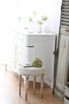 love the stool and flowers