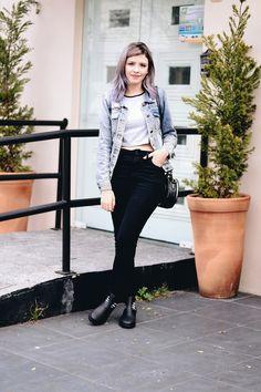 Look com calça jeans preta, melissa antares com meia, camiseta divertida de alien, jaqueta jeans e bolsa redonda. Clique, veja mais fotos e saiba de onde são as peças.