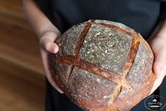 Upečte si doma svoj kváskový chlieb plný chute a zdravia. Tento jednoduchý recept podrobne vysvetľuje jednotlivé kroky tak, aby sa chlieb každému podaril.