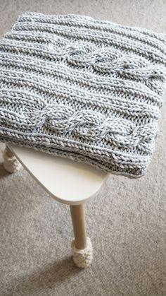 Kocyk dla maluszka wydziergany ręcznie z włóczki wełniano-akrylowej. Ciepły, nie gryzie i można go prać w pralce (w 40 stopniach). Rozmiar ok. 70 x 90 cm po naciągnięciu nawet 100 x 120 cm #koc #kocyk #dziecięcy #dladziecka #dziergany #ręcznie #rękodzieło #nadrutach #wełna #warkocze #knitted #baby #blanket #wool #knitting #scandi #style #cablestitch #cable #stitch #handmade #madeinpoland #cosyblanket #dzianienawygonie #siedliskonawygonie