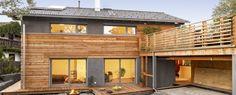 Designhaus mit Holz und Kieselgarten