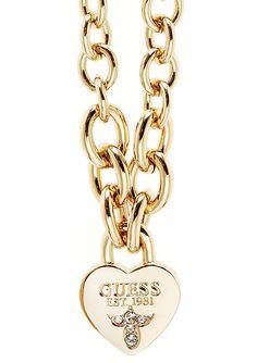 Guess Halskette, »TRUE LOVE, UBN21578«. Romantisch und dennoch schlicht! Traumhaft schön präsentiert sich die Kombination aus goldfarben vergoldetem Messing und funkelnden Swarovski-Kristallen. Der hübsche und formschön designte Behang »Schloss in Herzform« hat eine Breite von ca. 17 mm und Länge von ca. 2,3 cm. Die Rundankerkette mit Karabiner hat eine Länge von ca. 40 cm und kann mittels des ...