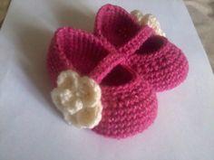 Zapatitos tejidos a crochet Crochet Baby, Knit Crochet, Baby Center, Crochet Videos, Crochet Slippers, Yarn Crafts, Girly Girl, Lana, Baby Shoes