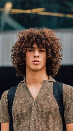 lange Haarmodelle - 29 ideias de Cortes de Cabelo Afro – O Cara Fashion Boys With Curly Hair, Curly Hair Cuts, Short Curly Hair, Curly Hair Styles, Natural Hair Styles, Mens Curly Hair Products, Long Hair Man, Natural Hair Men, Frizzy Hair