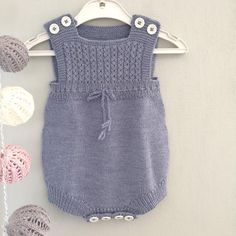 Live the romper and the knitted light sling Knitting For Kids, Baby Knitting Patterns, Crochet For Kids, Baby Patterns, Crochet Baby, Knit Crochet, Baby Pants, Culottes, Baby Sweaters