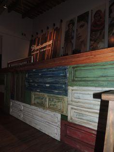la barra fue armada con maderas recicladas y el trabajo de pintura lo hizo Andrea Lining