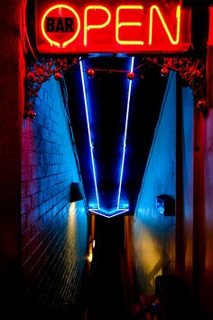 Neon in ancient greek, means new. Discovered by William Ramsay and Morris Travers in the Neon is a gas that emits orange-red glow inside a discharge. Cyberpunk, Disco Licht, The Wicked The Divine, Neon Photography, Street Photography, Neon Noir, Neon Aesthetic, Music Aesthetic, Neon Lighting
