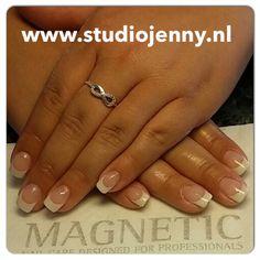 French manicure met witte parelmoer acryl van Magnetic - Door Studio Jenny