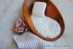 Para usar en la lavadora: 10 partes jabón casero de aceite usado rallado, 6 partes de bicarbonato, 1 o 2 gotas de aceites esenciales (limón, lavanda....)