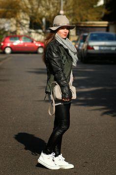 Gewusst wie: Bei Jeannette passt der Hut zur Lieblingstasche. Mehr zu diesem lässigen Outfit gibt es hier: http://rimanerenellamemoria.blogspot.de/2015/02/liebeskind-bag-loevenich-hat-daniel.html #Liebeskind