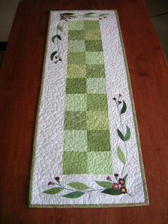 I like this simple tablerunner!. this would also look good with the flowers done a Australian wattle