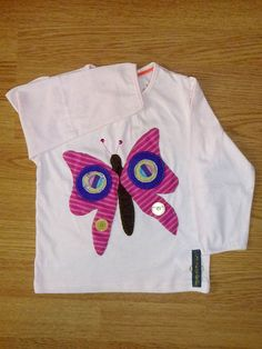 Camiseta personalizada a mano con botones, lentejuelas, telas y fieltro. Mariposa, Papallona, Butterfly, Papillon.