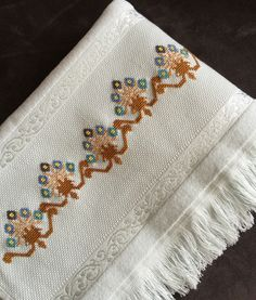 Cross Stitch Borders, Hand Embroidery, Diy And Crafts, Doodles, Handmade, Bath Linens, Face Towel, Cross Stitch Embroidery, Embroidered Towels
