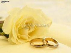 http://www.lemienozze.it/operatori-matrimonio/wedding_planner/organizzazione-matrimonio-a-milano/media/foto/10  Classiche fedi nuziali in oro giallo per il matrimonio