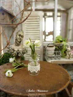 Bocal miniature en verre, Dentelle ancienne blanche, Deux tulipes en papier, Accessoire de décoration de maison de poupée, échelle 1/12 by AtelierMiniature on Etsy