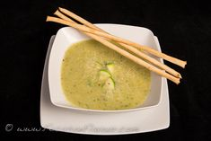 This is a simple soup that makes a good light lunch or first course at under 90 calories per serving. Add another 70 calories for 3 grissini breadsticks. Ideal if you have a glut of courgette… Zucchini Soup, Diet Recipes, Diet Meals, Healthy Eating, Vegetarian, Stuffed Peppers, Intermittent Fasting, Cooking, Ethnic Recipes